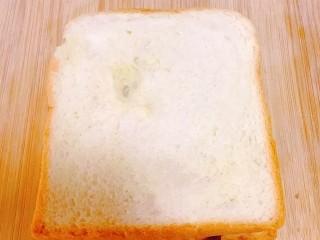 紫米面包,上面放一片吐司片