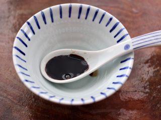 照烧北豆腐,取一个碗,先加入生抽。