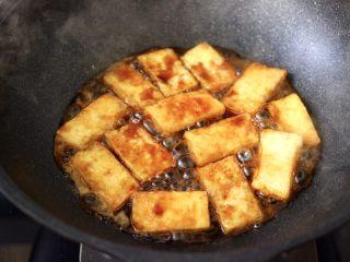 照烧北豆腐,大火继续烧至锅中汤汁浓稠时。