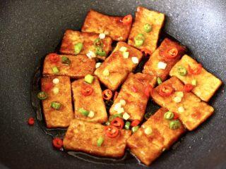照烧北豆腐,大火把锅中汤汁收干即可关火。