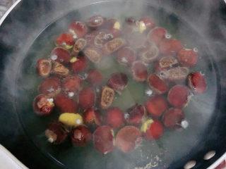 板栗烧鸡翅,锅中烧开水,将生板栗放入锅中,煮2-3分钟。捞出来洗净。