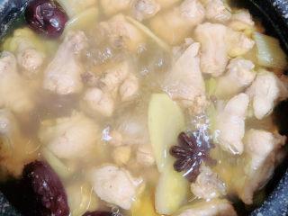 板栗烧鸡翅,半小时后,鸡汤熬的浓一些了。