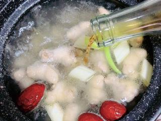板栗烧鸡翅,放入料酒、蚝油、生抽、盐。