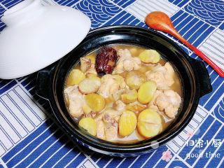 板栗烧鸡翅,一锅微甜、带着板栗香气的鸡翅就上桌了。