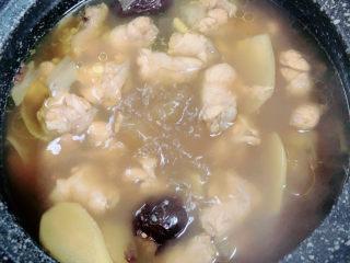 板栗烧鸡翅,一锅香浓的板栗鸡翅就做好了。喜欢喝汤的多留一些汁,不喜欢的多收汁即可出锅了。