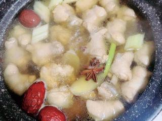 板栗烧鸡翅,再放一颗八角,少量花椒。盖盖儿,小火炖煮30分钟。