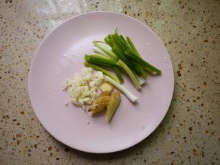 板栗烧鸡翅,把大蒜切碎,姜切片,香葱切段备用。