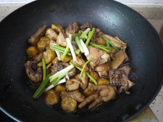 板栗烧鸡翅,栗子煮好之后,转大火收汁,出锅之前加上香葱翻炒均匀即可。