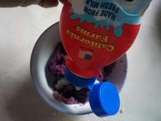 紫薯芝士仙豆糕,加入炼乳。
