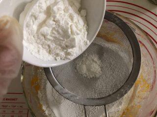 一颗小南瓜🎃,筛入玉米淀粉。