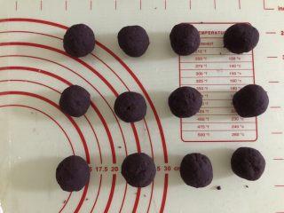 一颗小南瓜🎃,分成12等份,搓圆。