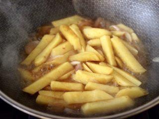 辣炒火腿肠土豆条,锅中倒入适量清水,盖上锅盖大火烧开后,转中火继续烧至土豆绵软熟透。