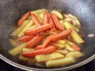 辣炒火腿肠土豆条,这个时候加入煎熟的火腿肠。