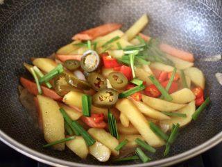 辣炒火腿肠土豆条,大火快速翻炒均匀后,加入切段的韭菜。