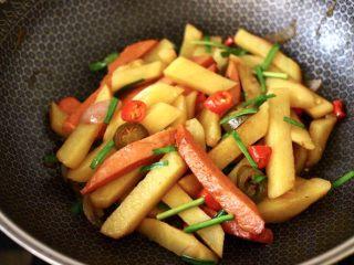 辣炒火腿肠土豆条,大火翻炒均匀即可关火出锅。