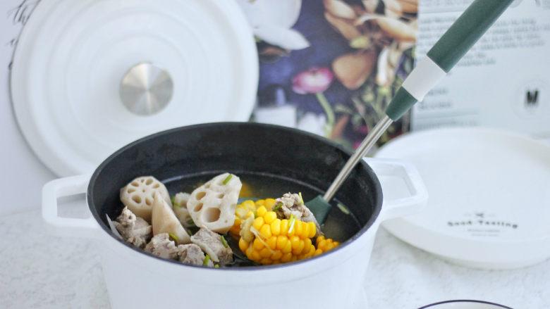 莲藕玉米排骨汤,炖好的汤开盖就可以看到,汤汁很白,提前焯水以后,并没有很多的浮沫。这样的汤比较清甜,很好喝。出锅的时候在小碗里面加上盐、黑胡椒来调味,再撒上葱段,就可以开始享用啦。