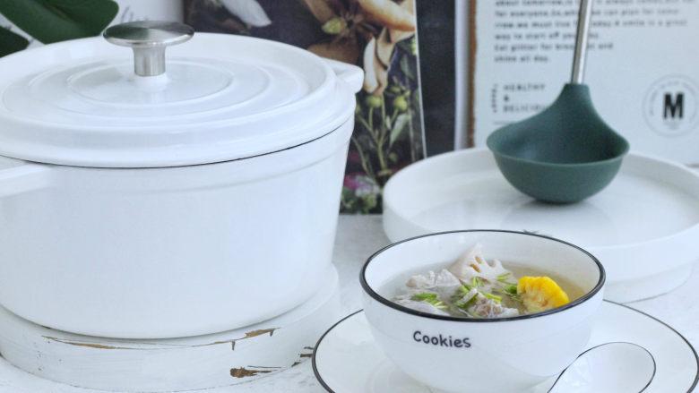 """莲藕玉米排骨汤,喝汤在湖北来说历史悠久了,鱼鱼记得小时候长辈们都跟小孩子说""""喝汤要喝第三碗"""",当时鱼鱼还不明白,现在想来,因为以前的做法不焯水,煨出来的汤比较油,所以才有第三碗是清汤的说法。今天鱼鱼介绍的这个方法煨出来的汤第一碗就可以直接喝了,现在莲藕全国都有,你们可以试试买点粉藕,回去煨一下。这个味道绝对会惊艳到你们哦!"""
