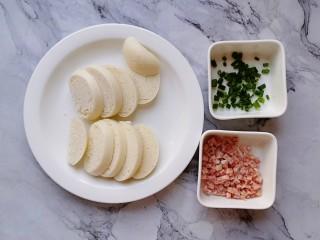 香肠香煎馒头片,馒头切片,肉肠切丁,葱切碎