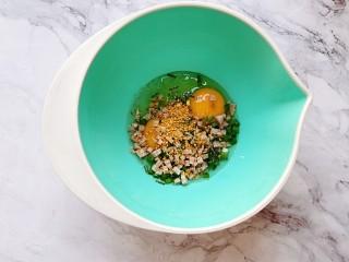 香肠香煎馒头片,鸡蛋、肉肠、葱倒入大碗内,撒适量拌饭料(或者盐)