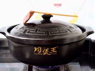 螃蟹青菜辣椒粥,盖上锅盖大火煮开后。