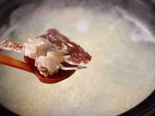 螃蟹青菜辣椒粥,这个时候放入梭子蟹。