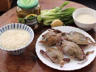 螃蟹青菜辣椒粥,首先备齐所有的食材,煮粥的螃蟹不宜太大,小一点的味道更鲜美哟。