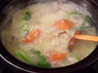 螃蟹青菜辣椒粥,大火煮沸后,加入洗净的青菜,煮至青菜断生变色的时候。