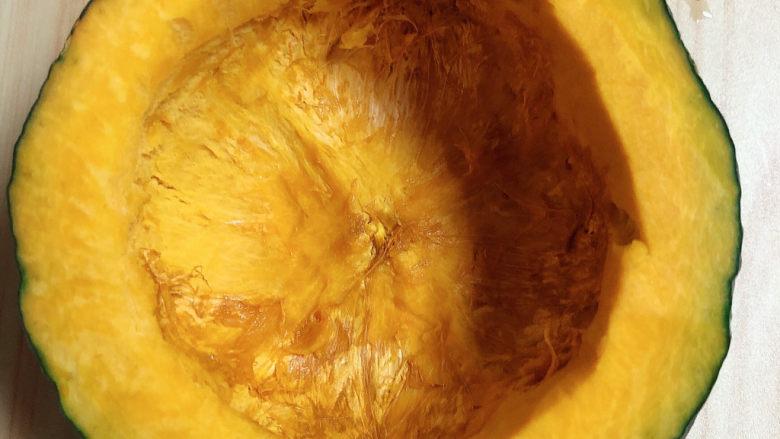 糯米南瓜盅,在南瓜3/4处切开,挖出中间的瓤,洗干净待用。