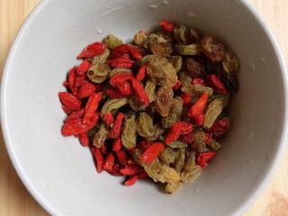 糯米南瓜盅,将枸杞子、葡萄干洗干净待用。