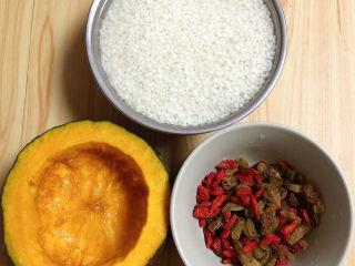 糯米南瓜盅,所有食材准备好,蒸锅中烧水待用。