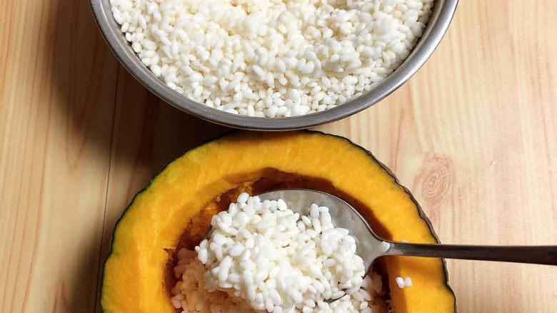 糯米南瓜盅,将糯米挖入南瓜中。