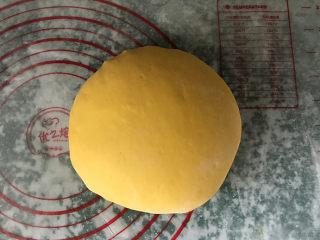 南瓜豆沙馒头,然后下手揉成一个软硬适中且光滑的南瓜面团,也可以用面包机或厨师机来完成,那样更省力