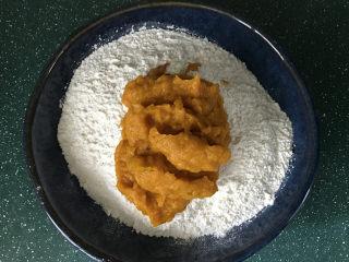 南瓜豆沙馒头,接着将南瓜泥分次加入面粉中,边加边用筷子搅成絮絮状