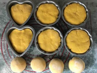 南瓜豆沙馒头,按同样的方法,包完剩余的9份面团,而4份小面团没有模具,就直接做成豆沙圆形馒头