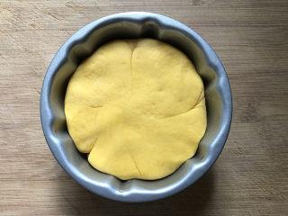 南瓜豆沙馒头,再将南瓜球光滑的一面放入南瓜模具底部,用手轻轻按压贴合模具