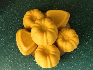 南瓜豆沙馒头,戴上隔热手套取出模具,将模具倒扣盘中,一个个南瓜馒头就出来了