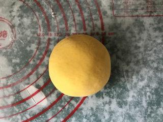 南瓜豆沙馒头,然后向包汤圆一样,把豆沙球包严包实,捏紧收口朝下放置