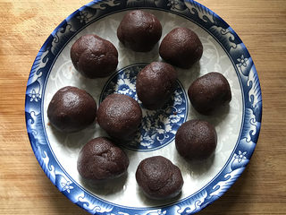 南瓜豆沙馒头,趁面团松弛的时间准备豆沙馅:按40克/份,秤6份大的,再按25克/份,秤4份小的;称重好后搓成圆球放至盘中备用