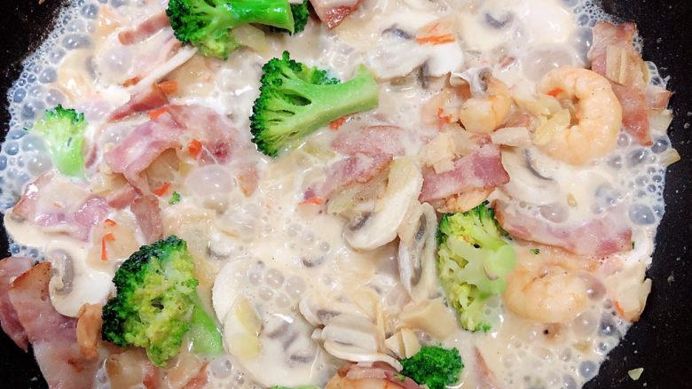 奶油蘑菇意面,翻炒均匀,让食材侵泡牛奶中。