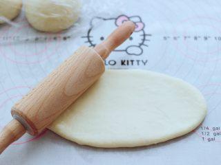 波兰种牛奶吐司,取一块面团,用擀面杖擀开,将气泡排出来。