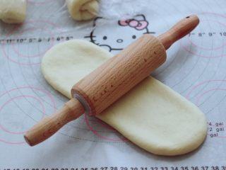 波兰种牛奶吐司,松弛好的面团,再次擀成椭圆形面皮。