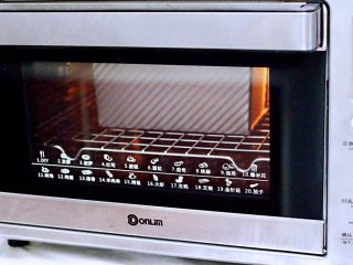 波兰种牛奶吐司,烤箱180度提前预热10分钟后,把吐司放入烤箱中下层,烤箱上火150度下火175度,烤45分钟即可,烤到5-10分钟的时候,看见吐司上色就盖上锡纸,具体根据各家烤箱的脾气而定。