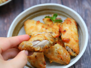 空气炸鸡翅,烤好以后把鸡翅取出来即可食用,用空气炸炸出来的鸡翅跟油炸的鸡翅一样香,尤其是鸡翅表面那层酥脆的外皮,焦香酥脆的太好吃了,如果您家的烤箱也有这个模式,一定要尝试一下这个做法。