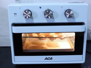 空气炸鸡翅,烤箱提前预热,下层放一个不粘的烤盘接鸡翅中滴下来的油,预热好以后把鸡翅送入烤箱中层,选择空气炸模式,大约200度20分钟。空气炸模式是一种不用油的油炸模式,这样做出来的鸡翅跟油炸的鸡翅是一样的味道,但是却没有用到油,和烤出来的鸡翅味道完全不一样,特别香。