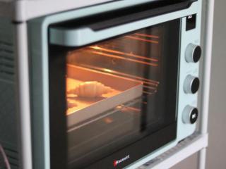 牛角包,烤箱设置30度发酵2小时左右,至2倍大小,中途要不断喷水在面胚表面,防止风干。