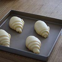 牛角包,发酵好2倍大以后,涂上蛋液。