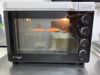 芝麻烧饼,烤箱提前预热,烤盘放入中层上下火180度烤15分钟。