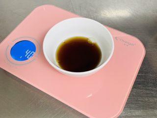 芝麻烧饼,30克的水加入10克的酱油,搅拌均匀备用。