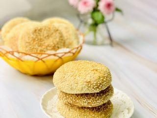 芝麻烧饼,表皮是酥脆咸香适口。