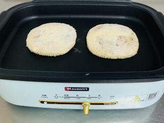 芝麻烧饼,不沾锅中,不用放油,中小伙,蘸有芝麻的面朝下烙3分钟左右翻面在烙制3分钟左右。